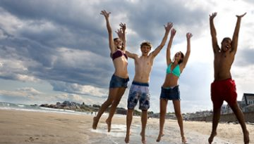 people_jumping_on_the_beach